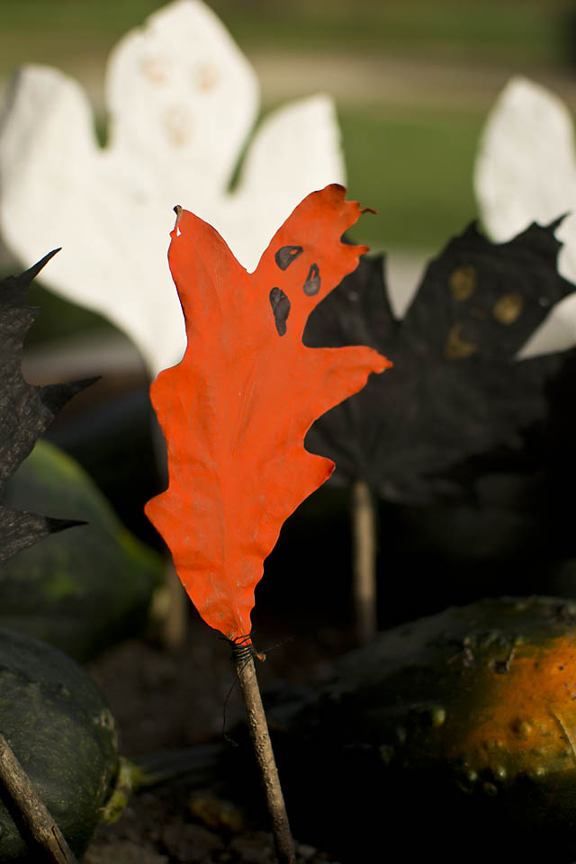 These Leaf Ghost Puppets are a fun Halloween craft for kids and adults alike! An easy to make Halloween nature craft from natural materials. The puppets can be used as DIY Halloween decor or for active play.